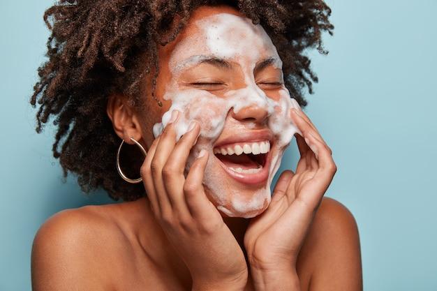 Portret młodej kobiety z fryzurą afro, mycia skóry