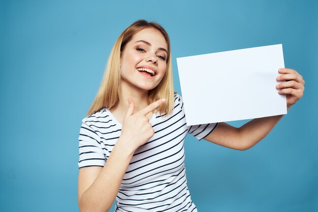 Portret młodej kobiety z kartką papieru