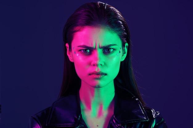 Portret młodej kobiety z kolorowym światłem