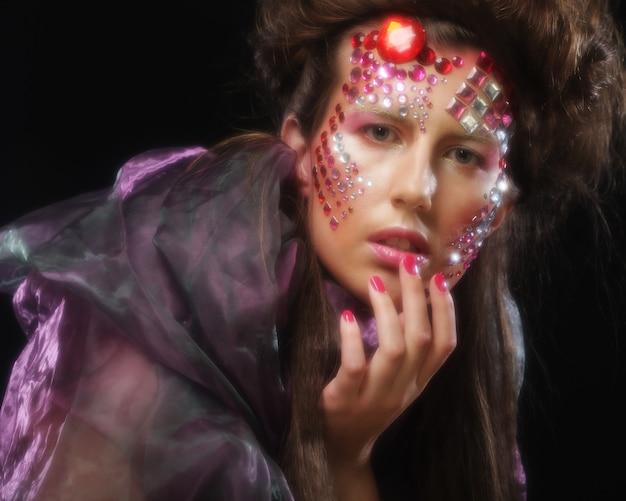 Portret młodej kobiety z kreatywnym obliczem, obraz halloween.