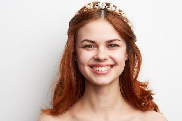 Portret młodej kobiety z kręconymi włosami i koroną kwiatów