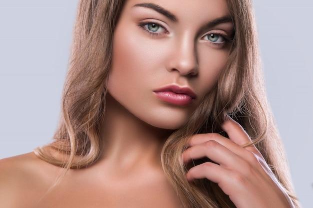 Portret młodej kobiety z kręconymi włosami