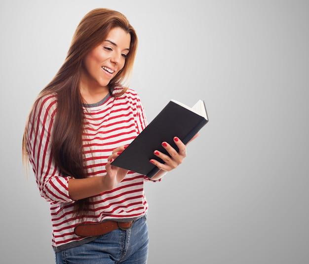 Portret młodej kobiety z książką