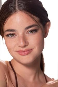 Portret młodej kobiety z naturalnym makijażem
