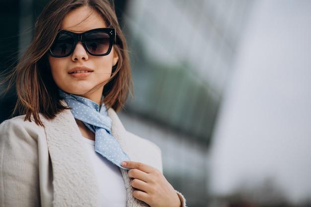 Portret młodej kobiety z niebieskim szalikiem