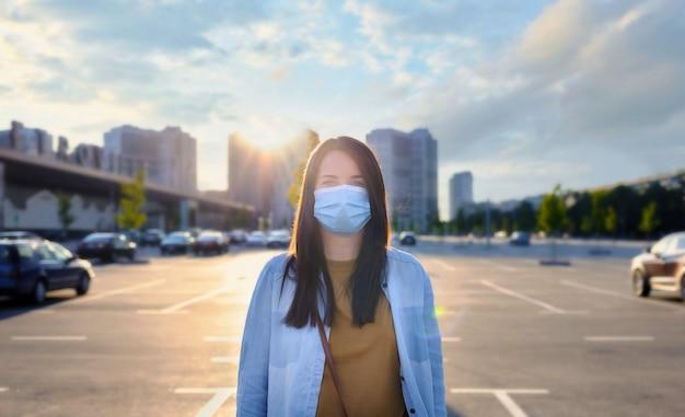 Portret młodej kobiety z noszeniem jednorazowej maski medycznej
