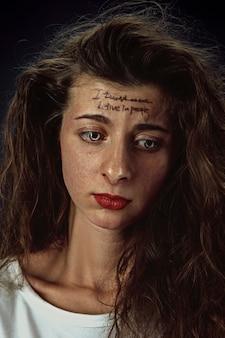 Portret młodej kobiety z problemami zdrowia psychicznego