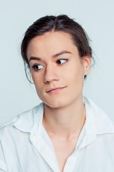 Portret młodej kobiety z przemyślanymi emocjami
