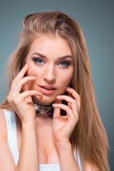 Portret młodej kobiety z radosnymi emocjami