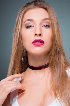 Portret młodej kobiety z uwodzicielskimi emocjami