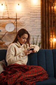Portret młodej kobiety za pomocą smartfona i uśmiechnięte