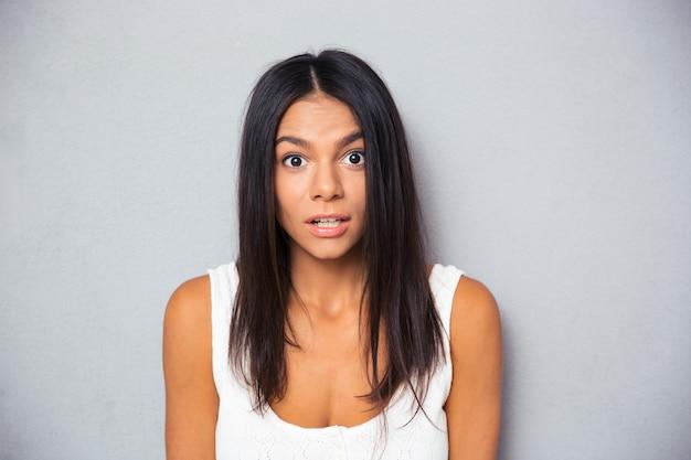 Portret młodej kobiety zaskoczony