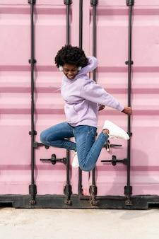 Portret młodej kobiety ze słuchawkami skoki