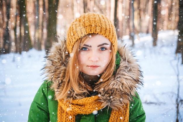 Portret młodej kobiety zima zbliżenie portret szczęśliwej dziewczyny