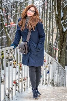 Portret młodej kobiety zimą