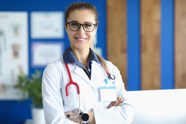 Portret młodej lekarki w okularach i ze stetoskopem na szyi