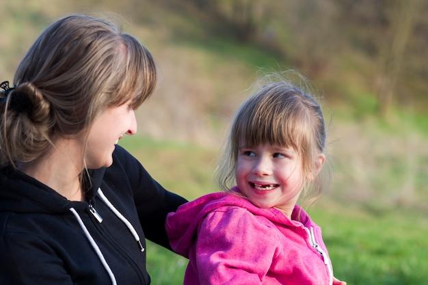 Portret młodej matki czule przytulanie jej mała córka dziewczynka