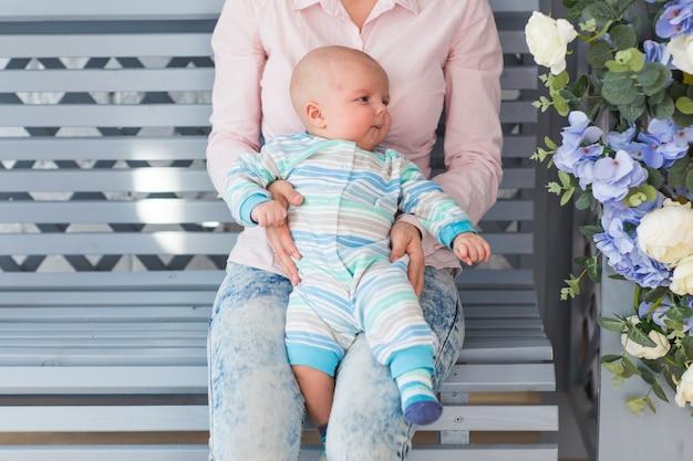 Portret młodej matki z słodkie dziecko w domu.