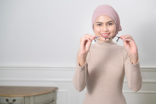 Portret młodej muzułmańskiej kobiety w okularach