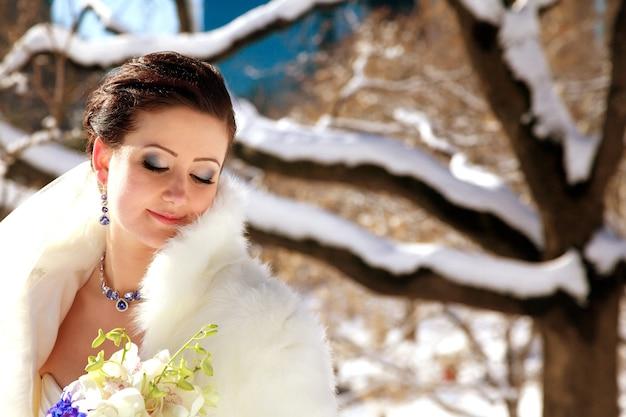 Portret młodej panny młodej w zimie panna młoda w parku zimą