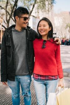 Portret młodej pary azjatyckich zakochanych spaceru po mieście po zakupach. koncepcja sklepu.