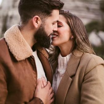 Portret młodej pary całowanie