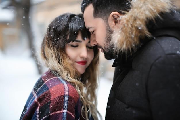 Portret młodej pary kochającej się na zewnątrz w zimowy dzień