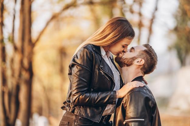 Portret młodej pary miłości przytulanie i całowanie