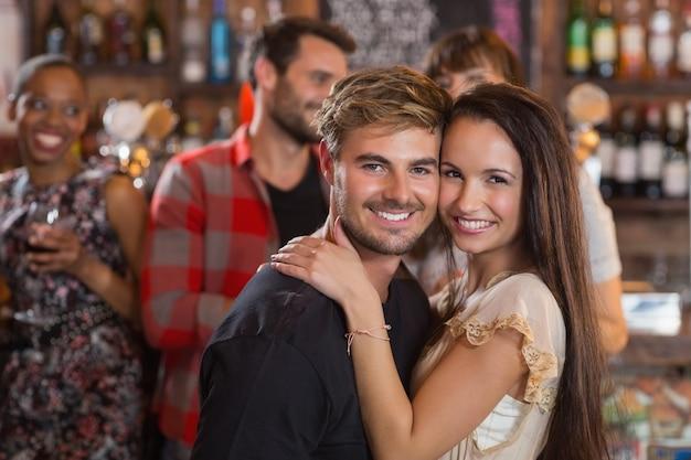 Portret młodej pary obejmując