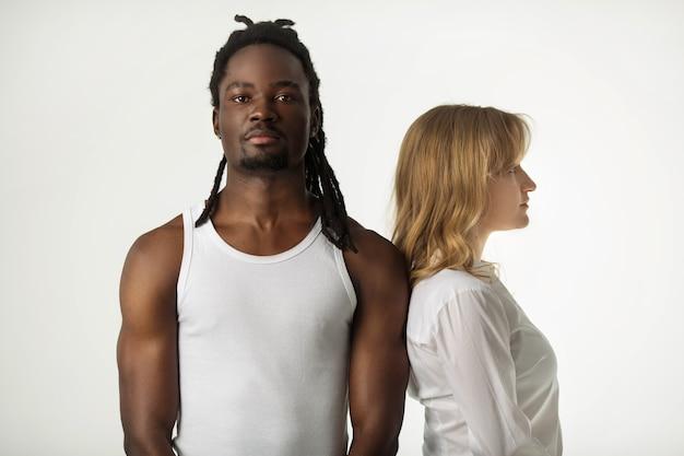Portret młodej pary piękne na białym tle
