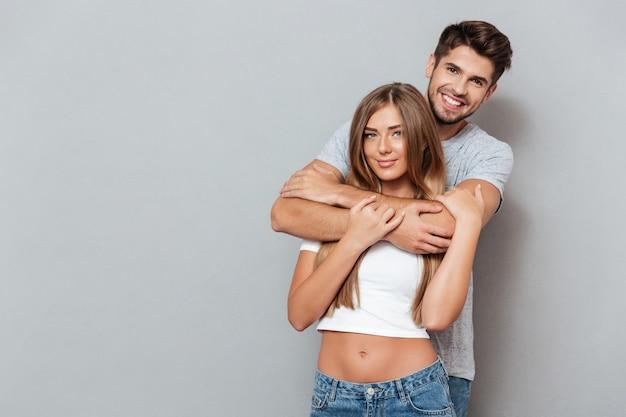 Portret Młodej Pary Przytulanie Premium Zdjęcia