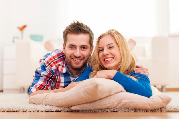 Portret młodej pary szczęśliwej