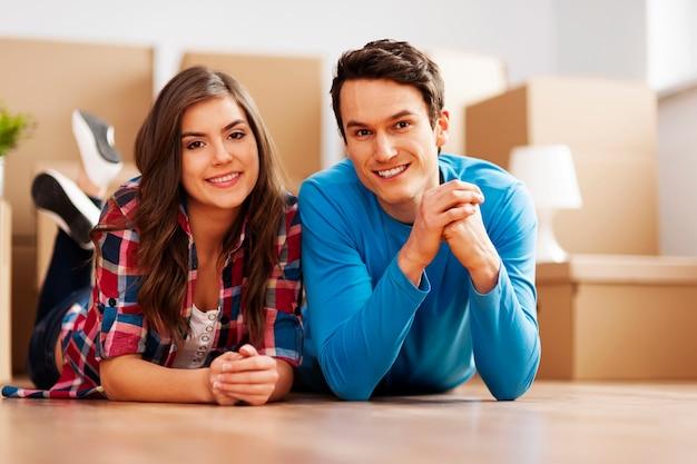 Portret młodej pary w ich nowym domu