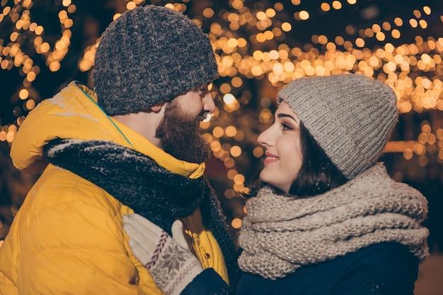 Portret młodej pary w mieście na święta bożego narodzenia
