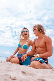 Portret młodej pary w miłości na plaży i cieszyć się razem