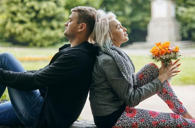 Portret młodej pary w wiosennym parku