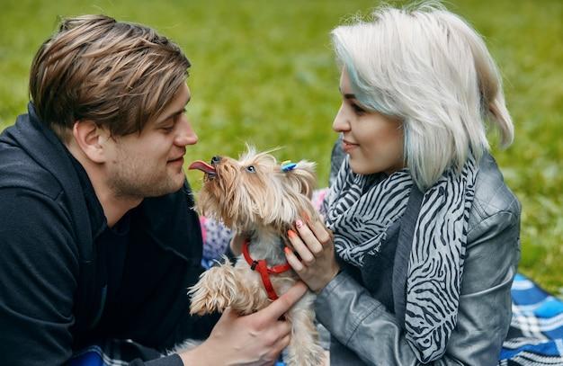 Portret młodej pary z małym psem