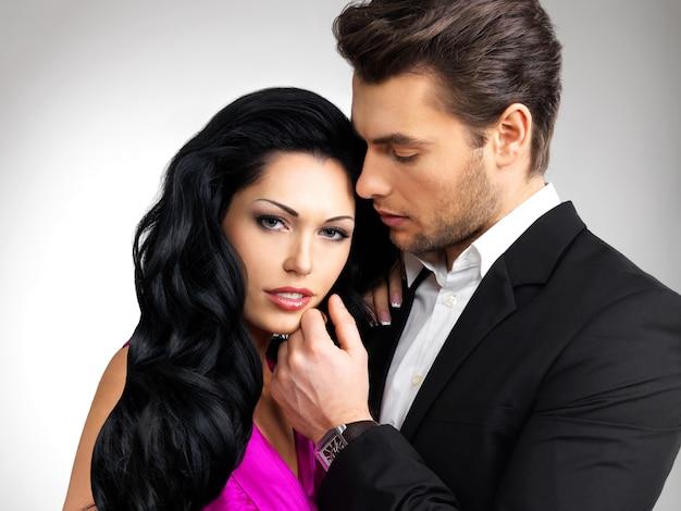 Portret młodej pary zakochanych pozowanie ubrany w klasyczne ubrania