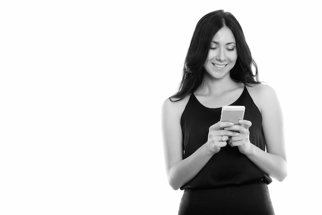 Portret młodej pięknej bizneswoman na białym tle w czerni i bieli