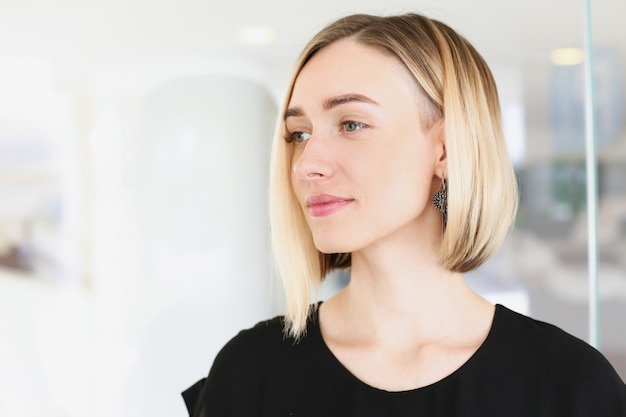 Portret młodej pięknej blond kobieta koncepcja biznesowa