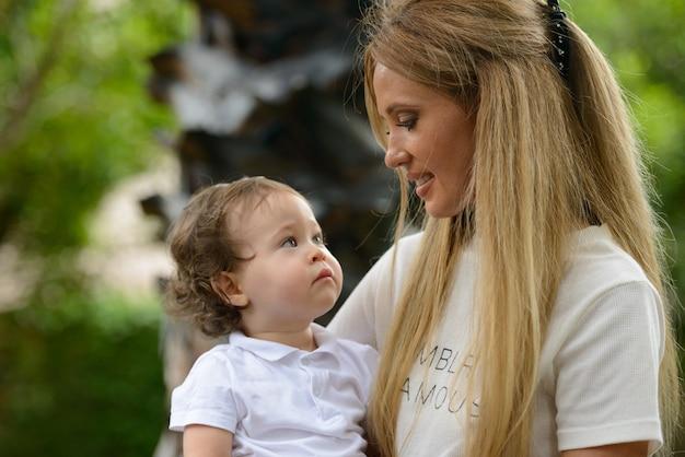 Portret młodej pięknej blondynki matki z uroczym synkiem razem