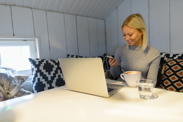 Portret młodej pięknej blondynki skandynawskiej kobiety relaks w domu