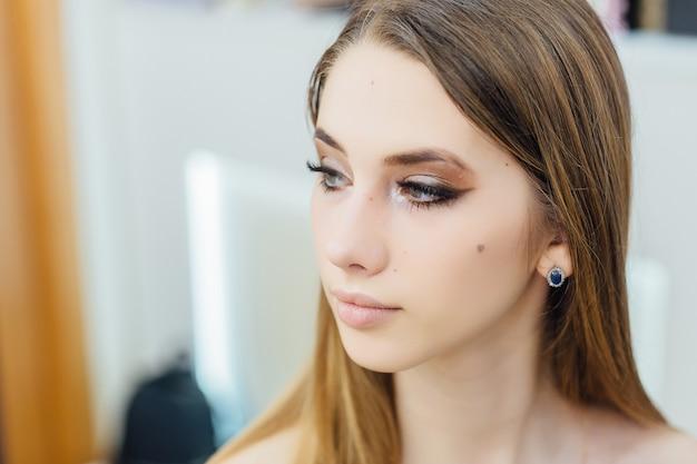 Portret młodej pięknej dziewczyny, która właśnie dokonała metamorfozy
