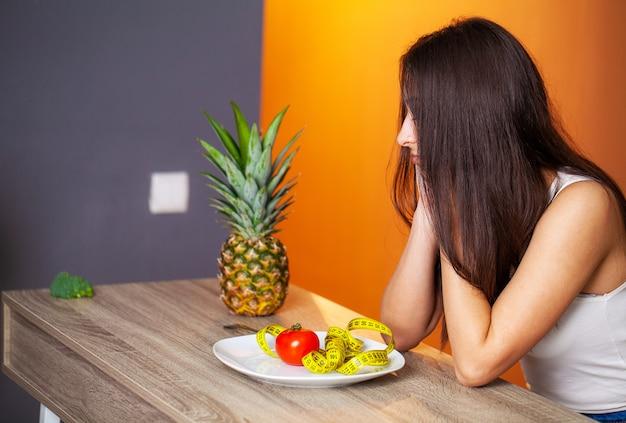 Portret młodej pięknej dziewczyny, przestrzegając diety reżimu