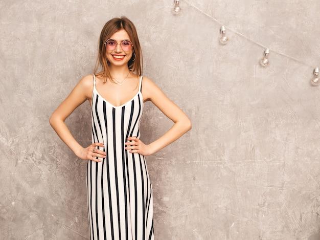 Portret młodej pięknej dziewczyny uśmiechający się w modnej letniej sukience zebry. seksowny beztroski kobiety pozować. pozytywny model zabawy w okrągłych okularach przeciwsłonecznych