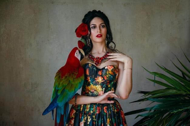 Portret młodej pięknej dziewczyny z czerwoną ara