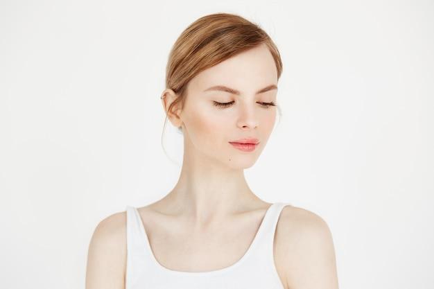 Portret młodej pięknej dziewczyny z naturalnego makijażu uśmiecha się. kosmetologia i spa. zabieg na twarz.