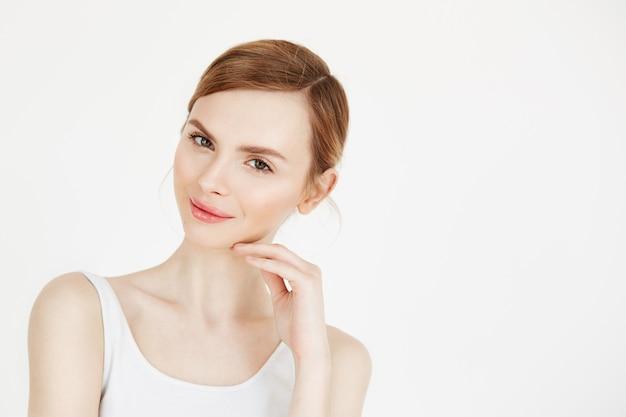 Portret młodej pięknej dziewczyny z naturalnego makijażu uśmiecha się. zdrowie i uroda styl życia.