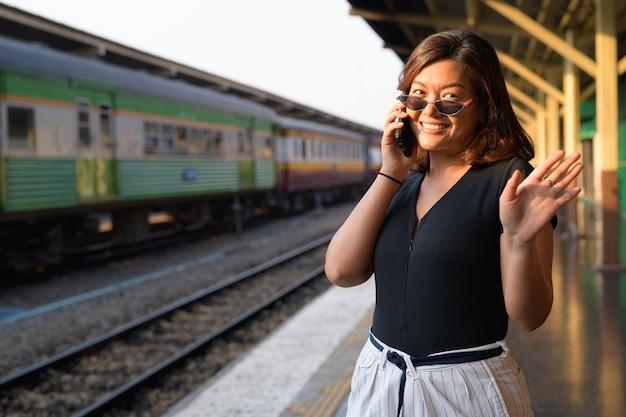 Portret młodej pięknej kobiety azjatyckich turystycznych na dworcu kolejowym hua lamphong w bangkoku