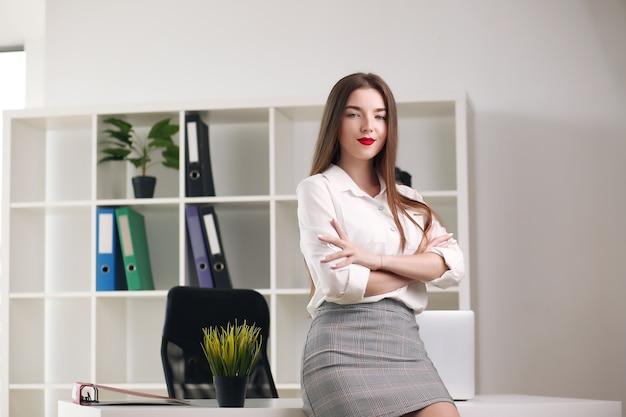 Portret młodej pięknej kobiety biznesu w biurze